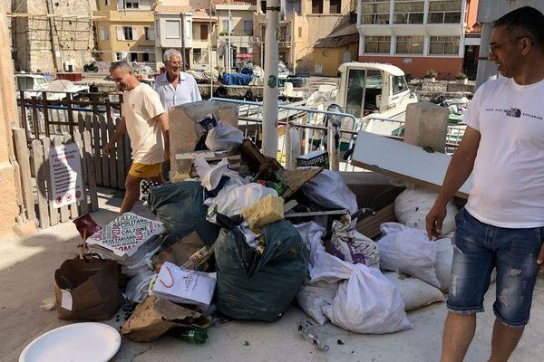 Un tas d'ordures, posé à même le sol, augmente jours après jours, conséquence des apéros au Vallon des Auffes (Marseille).