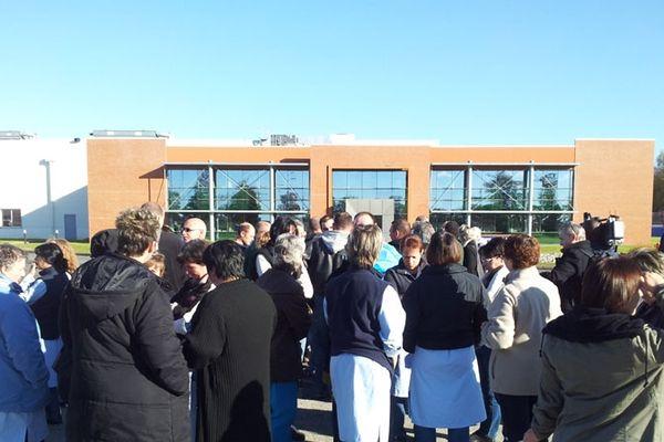 Une partie des salariés d'Albany très choqués devant leur usine à Saint-Junien, jeudi 22 novembre 2012
