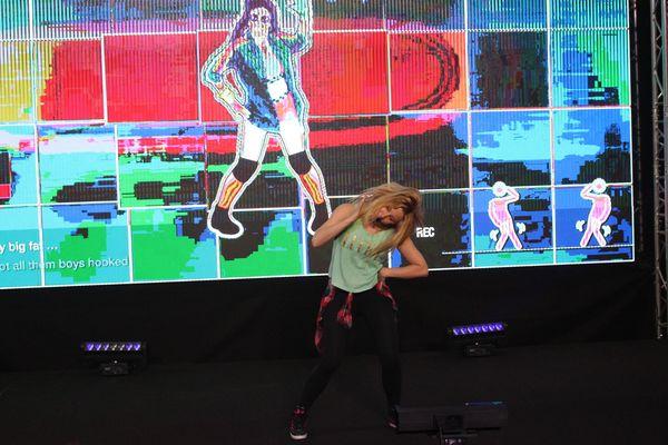 """Amandine """"Dina"""" Morrisset, e-athlète, en démonstration à l'Orléans Game Show."""