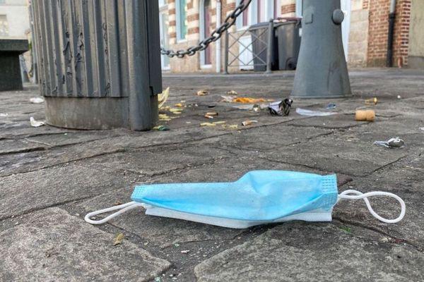 Un masque gisant sur le sol, Quai du Wault, jeudi 22 mai