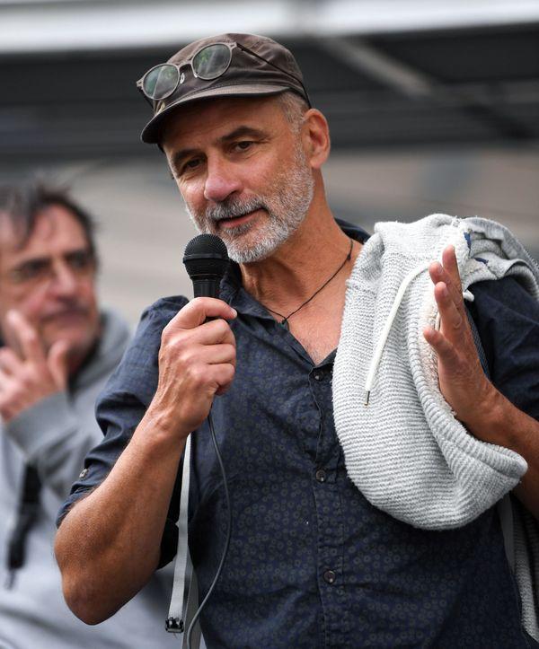 Pierre Mumber est sorti du tribunal de Grenoble pour adresser son soutien aux manifestants promigrants.