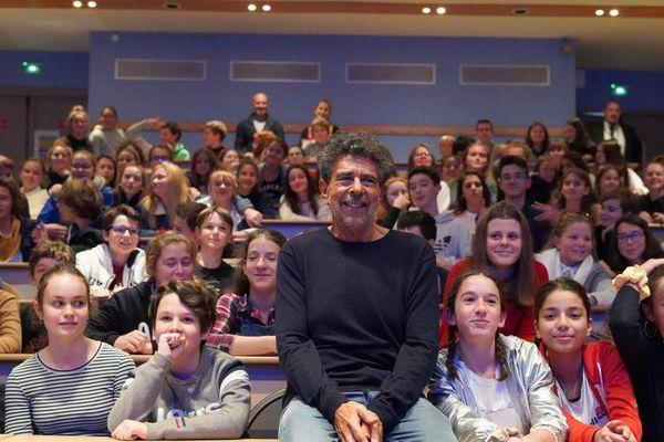 Gabriel Yared devant des élèves du lycée Grand Air