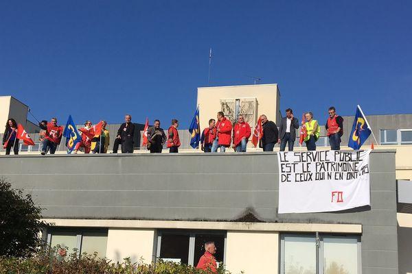 Une partie des salariés de la maternité de Bernay s'est installée sur le toit de l'établissement mercredi 10 octobre 2018.