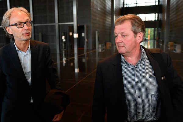 Le 6 avril 2017, les avocats Thierry Fillion et Patrick Larvor sortent du palais de justice de Nantes après six heures d'audition de leur client Hubert Caouissin, soupçonné de l'assassinat de Pascal, Brigitte, Charlotte et Sébastien Troadec.