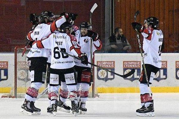 La joie des Amiénois, qualifiés en demi-finales des championnats de France grâce à leur quatrième victoire face à Lyon.