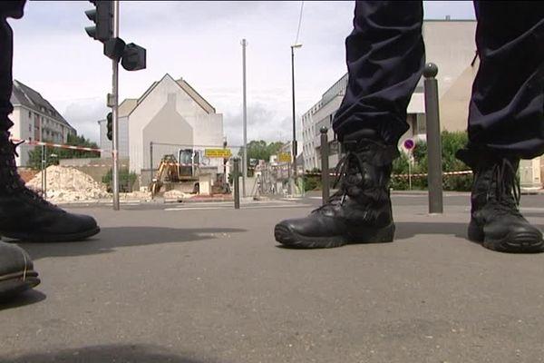 Un périmètre de sécurité a été installé autour de la Maison de la Solidarité, dans le quartier du Champ Girault à Tours (37)
