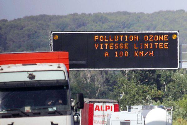 Panneau de limitation de vitesse sur l'autoroute dans la région de Montpellier pour cause de pollution atmosphérique.