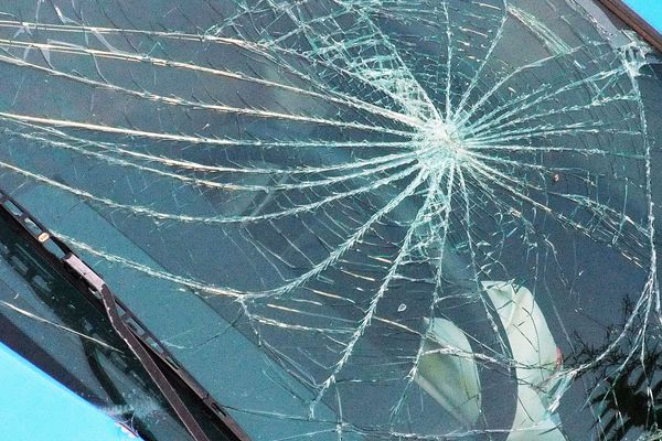Un élément du camion s'est détaché et a heurté la voiture au niveau du pare-brise. (image d'illustration)