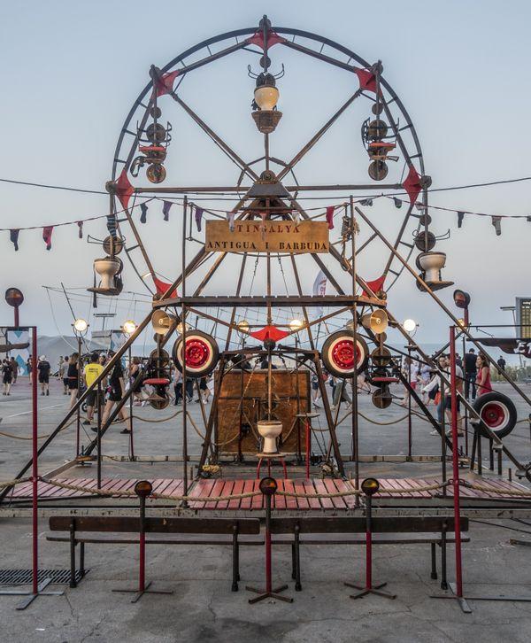 La compagnie catalane Antigua I Barbuda crée un monde d'illusions, peuplé de machines étranges, absurdes et surréalistes.