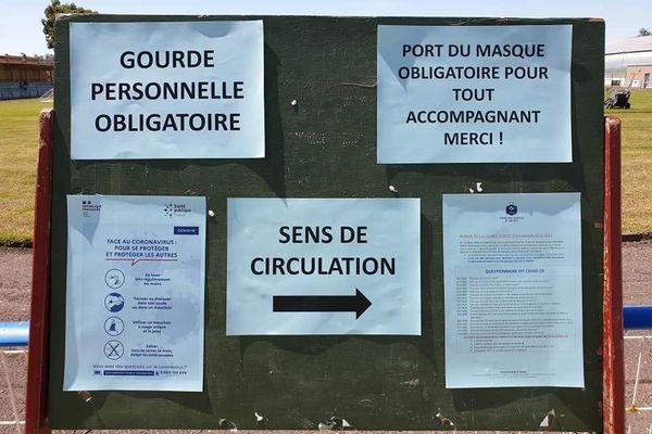 Rappel des consignes covid sur le stade du Football Club de Dombasle-sur-Meurthe (Meurthe-et-Moselle).
