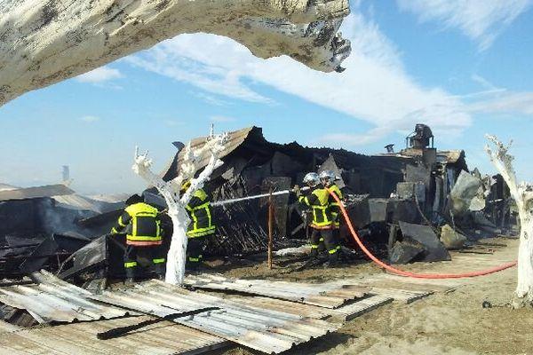 Le Zaza club à Toreilles ravagé par les flammes.