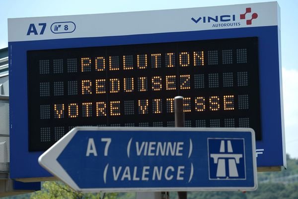 Vignettes Crit'Air, réductions de vitesse... des restrictions de circulation sont appliquées en Isère à cause de la pollution. Photo d'archives.