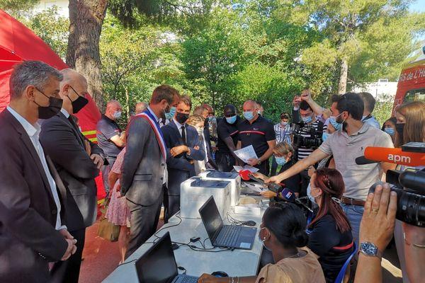Montpellier - Gabriel Attal porte-parole du gouvernement et Michaël Delafosse, maire PS visitent le vaccibus, qui circule dans le quartier populaire du Parc Jean Vachet - 29 juillet 2021.