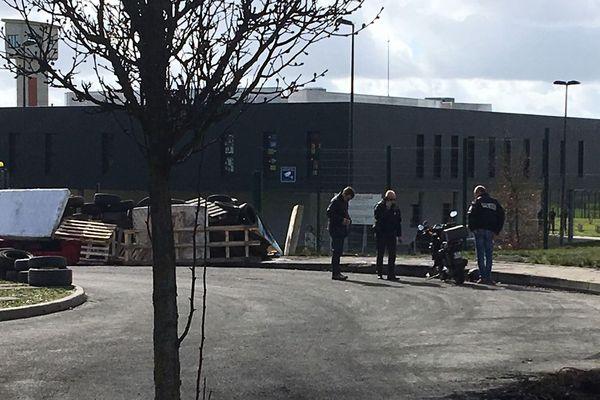 Les policiers autour du scooter suspect à proximité de la prison de Condé-sur-Sarthe. Le conducteur a été interpellé.