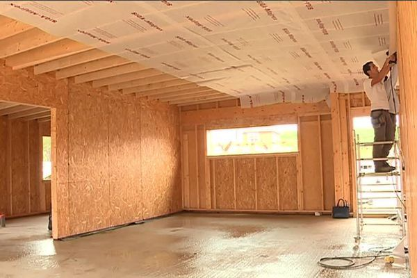 Une maison en ossature bois, en cours de construction dans un nouveau lotissement de Villetelle dans l'Hérault