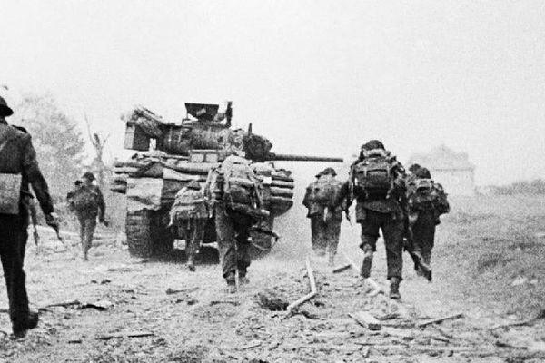 Des soldats alliés lors de l'opération Overlord, le 6 juin 1944, sur la côte normande.