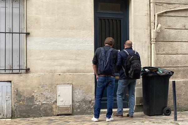 Des policiers font du porte à porte dans la rue Henri IV à la recherche de témoins de l'altercation, ce mercredi 2 juin.