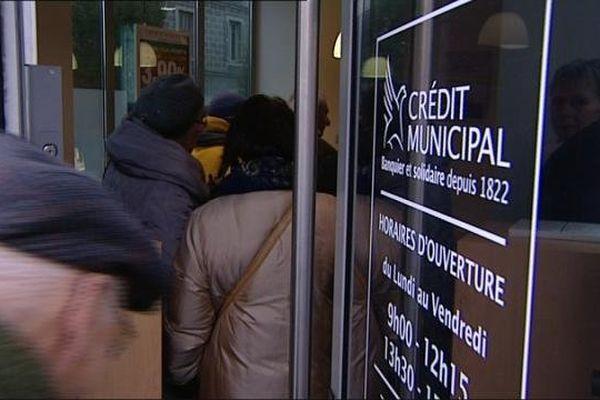 Les usagers du Crédit Municipal se bousculent au dernier guichet dijonnais.