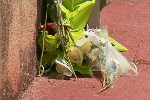Quelques fleurs déposées à l'endroit où Clément, 16 ans, a perdu la vie