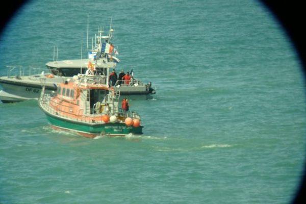 La vedette Notre-dame du Cap Lihou de la Société nationale de sauvetage en mer (SNSM) de Granville et la vedette des douanes Pleville le Pelley ont également été mises à contribution afin de sécuriser les lieux.