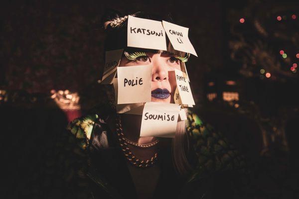 """L'artiste Thérèse dans le clip de """"Chinoise?"""". Les clichés qu'elle dénonce sont affichés sur des bouts de papier. Crédit Photo : Thomas Daeffler"""