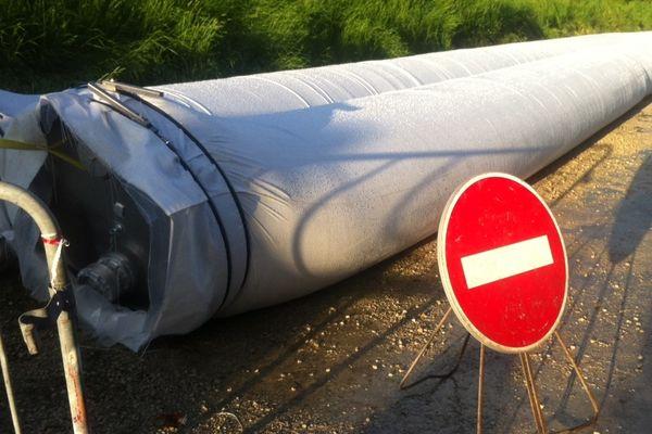 A la Chapelle-Saint-Luc, la sécurité civile a renforcé une digue avec deux boudins de 200 mètres de long et d'environ un mètre de diamètre remplis d'eau qui exercent une pression de 200 tonnes.