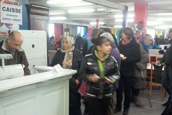 Beaucoup d'acheteurs dès l'ouverture malgré le froid à Emmaüs Saint Marcel aujourd'hui à Marseille.