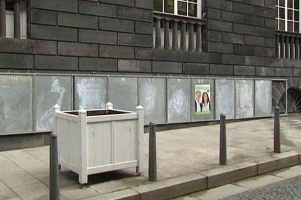 A Clermont-Ferrand, 66 bureaux de vote seront ouverts dimanche 25 mai. Pour 25 listes en présence. Soient 1650 panneaux à installer !