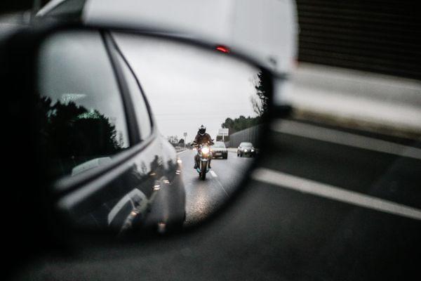 Depuis 5 ans, la circulation inter-files des deux-roues motorises était autorisée à titre expérimental dans plusieurs départements dont le Rhône et la Gironde.