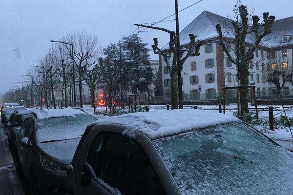 Des voitures recouvertes de neige, boulevard de la Victoire à Strasbourg, pendant la première vague de neige en janvier 2021.