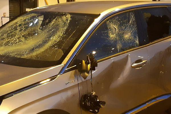 A Bron, une voiture de la municipalité caillassée mercredi soir, 24 février 2021, lors d'une visite de terrain du maire dans le quartier de Parilly