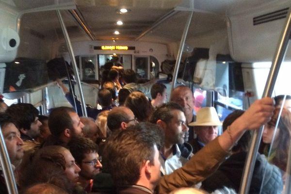 Jour de grève à la SNCF, qui n'avait pas prévu l'affluence dans le dernier train Lyon-Clermont. Il a fallu rajouter une rame pour que le train puisse finalement partir dans des conditions de sécurité normales. Résultat : 2h30 de retard, mais tout le monde est arrivé à destination.