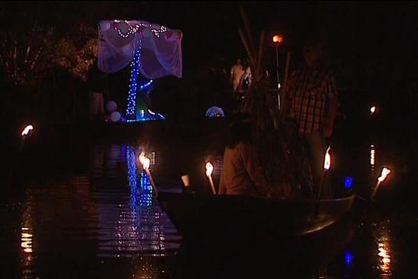 Moment phare de la fête, la nuit des marais et son défilé de barques illuminées.