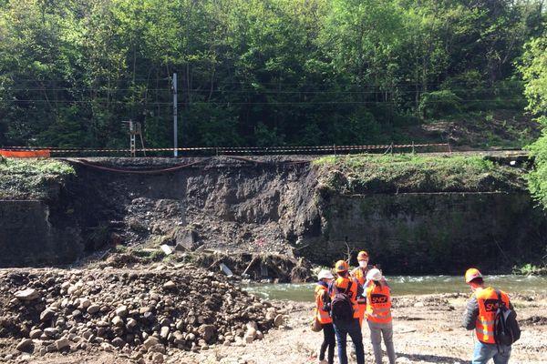 Les travaux ont commencé sur la ligne TER entre Lyon et Saint-Etienne, endommagée à hauteur de la commune de Châteauneuf (Loire) près de Givors, après les inondations et la crue du Gier le 11 mai. La reprise du trafic n'aura pas lieu avant le mois de juin prochain.