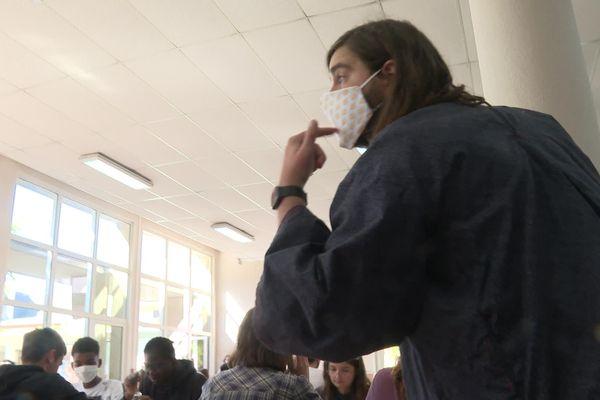 Morgan demande à un élève de bien porter son masque lycée Jean Jaurès Rennes