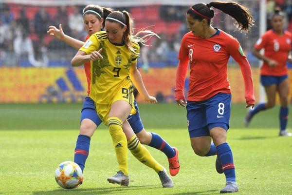 La Suédoise Kosovare Asllani au duel avec les Chiliennes Karen Araya et Rosario Balmaceda