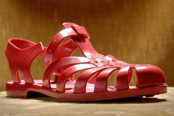 La sandale en plastique, objet né après la seconde guerre mondiale chez un coutelier de Thiers (Puy-de-Dôme), a vécu une extraordinaire épopée retracée dans le documentaire