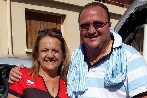 """Une supportrice des Bulls du RC Toulon, avec Jean-Pierre Chivrac du club """"Génération Yves-du-Manoir"""", supporter du Racing 92."""