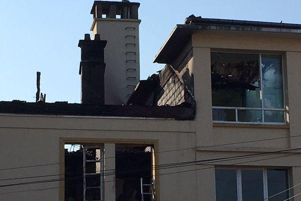 La toiture d'un des bâtiments de l'école Jean Jaurès à Oissel est partie en flammes le 14 juillet 2018.