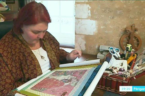 Dans son atelier Catherine prend le temps de marier couleurs, formes et matières...