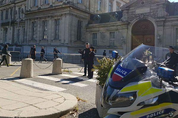"""La préfecture de l'Isère où Gérard Collomb doit participer à un déjeuner de travail avec les """"forces de sécurité intérieure""""."""