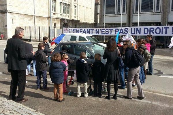 Le sénateur Jean-Pierre Michel pris à partie par quelques manifestants de la Manif pour tous