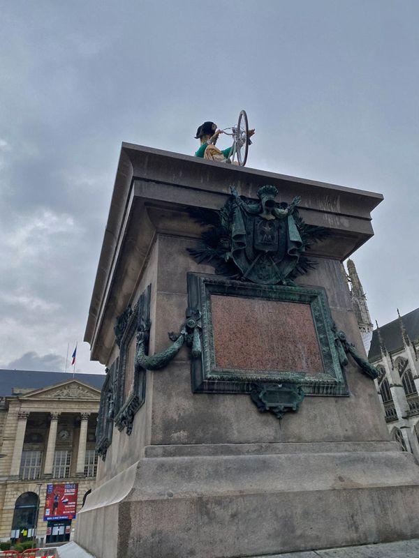 Statue de Napoléon du plasticien Mieszko Bavencoffe devant l'hôtel de ville de Rouen le dimanche 19 septembre 2021