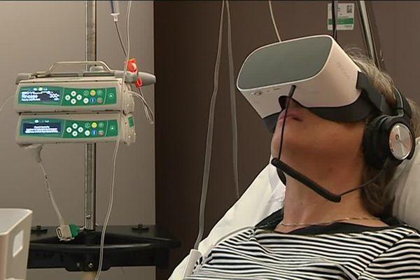 Pendant 12 minutes, Dany part à la découverte d'une grotte en Ardèche grâce à une vidéo 360°, un moyen pour elle de s'évader le temps de sa chimiothérapie - 8 novembre 2019