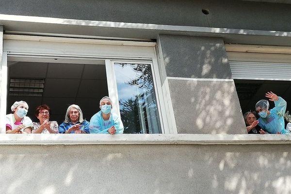 Au fenêtre d'un Ehpad des Bouches-du-Rhône, résidents et soignants profitent d'un concert de jazz solidaire pendant l'épidémie de coronavirus.