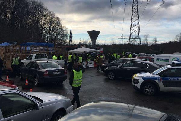 """Les occupants du rond-point de Cesson-Cévigné près du centre des Longs-Champs, ont reçu la """"visite"""" de la police municipale"""