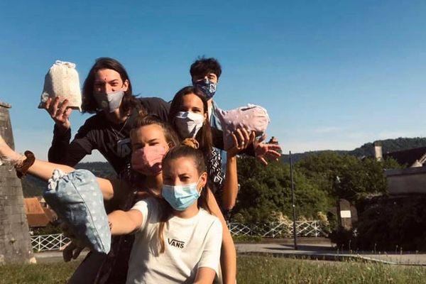 """Une dizaine de jeunes bisontins ont lancé le collectif solidaire """"Les Bisons Teints""""."""