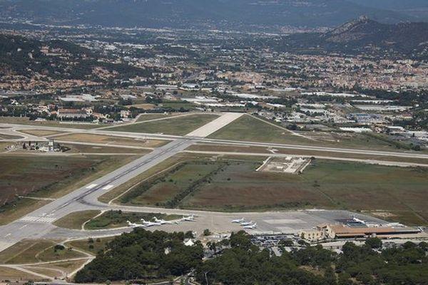 La piste de l'aéroport de Toulon-Hyères.