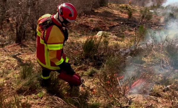 Des équipements spéciaux sont utilisés pour allumer les feux en les gardant sous contrôle.