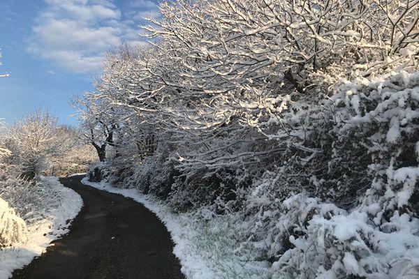 Vigilance jaune maintenue en Ardèche pour la nuit du 25 au 26 décembre 2020 : avec les chutes de neige et le vent fort, des congères se forment.